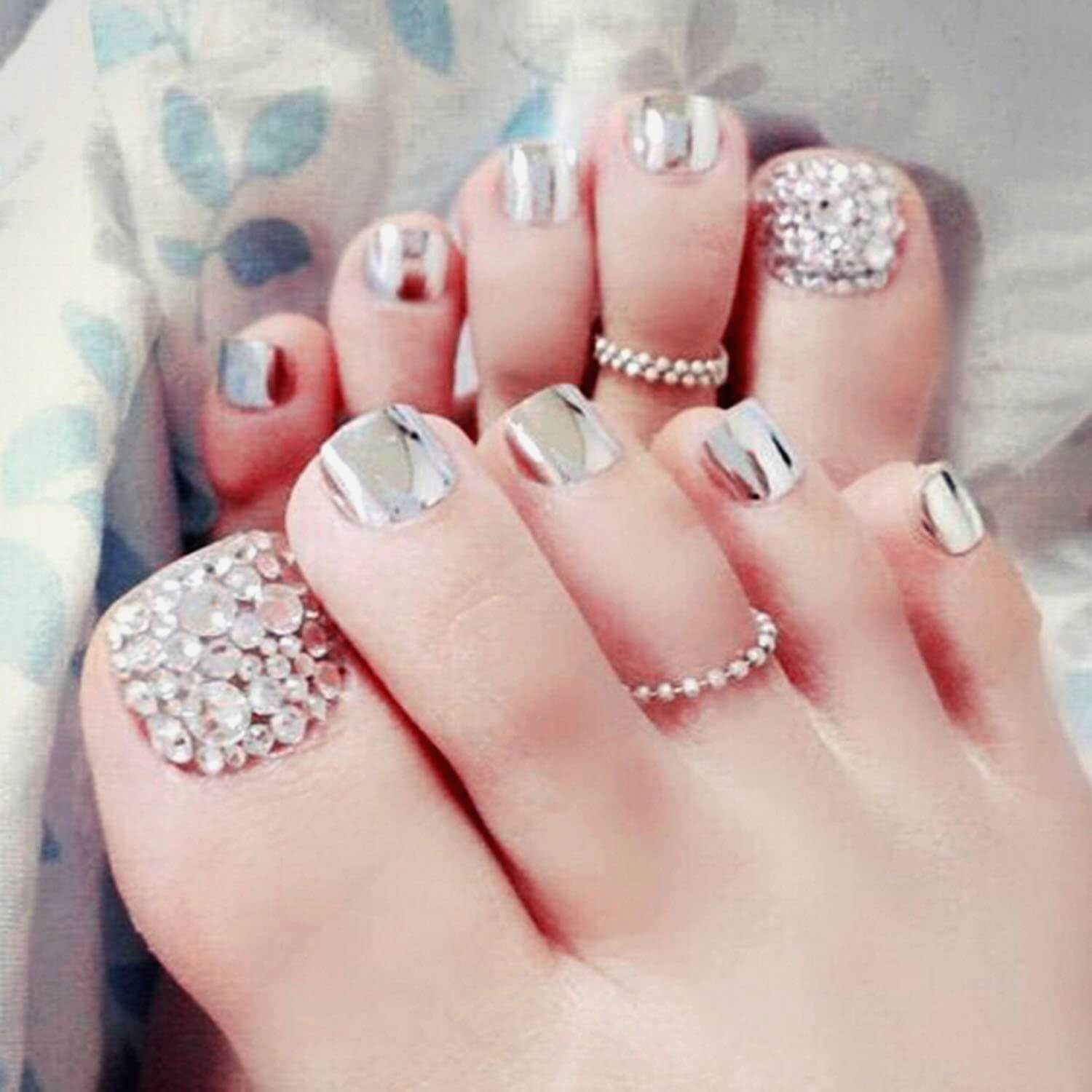 The fashion of Jewels on the Nails