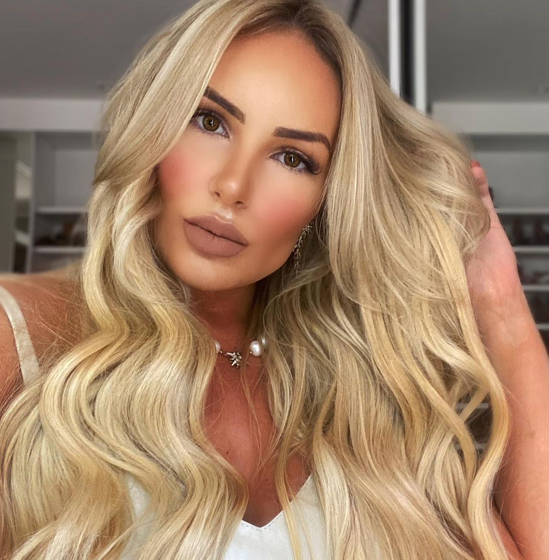Cascading Hair Waves with a Gentle Balance of Blondes