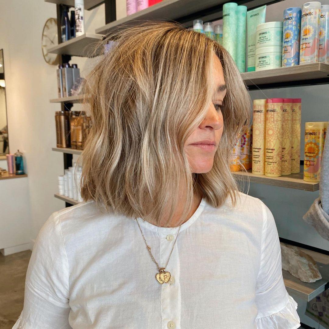 Over-the-Shoulder blond Lob