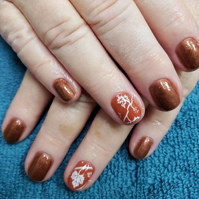 Short Bronze Nails with Charming Pattern