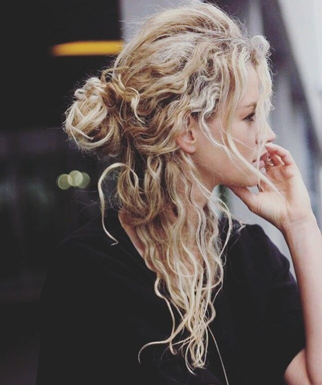 One of the Best Medium-Length Hair Ideas with Wavy and Messy Half-Bun