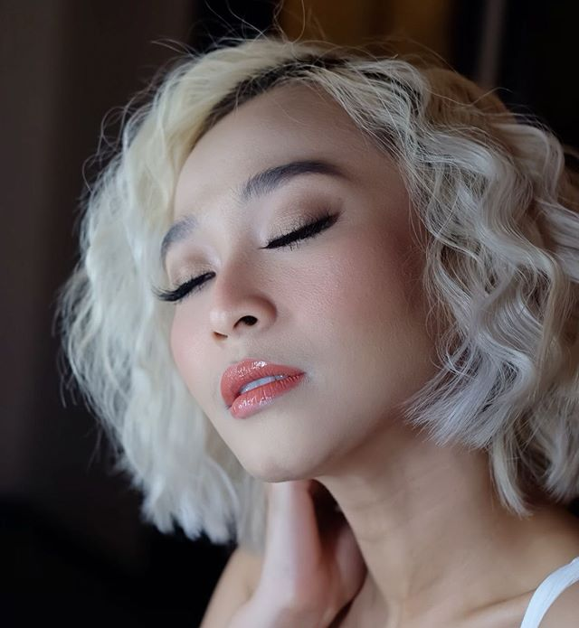 Short Wavy Haircut in Platinum Blonde