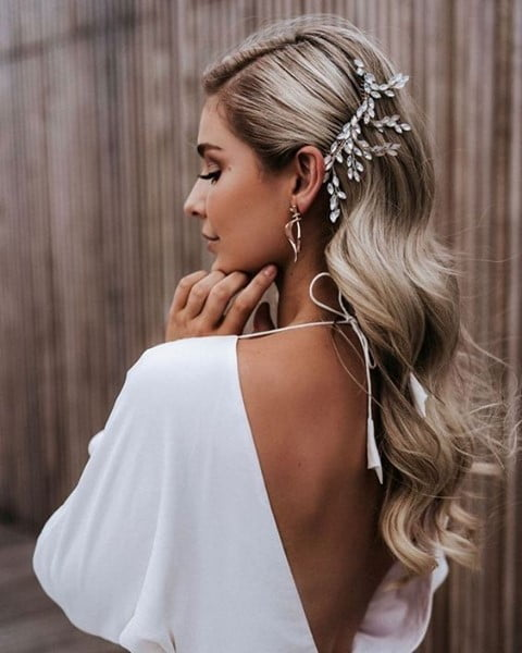 Effortless Side-Swept Accentuated Curls