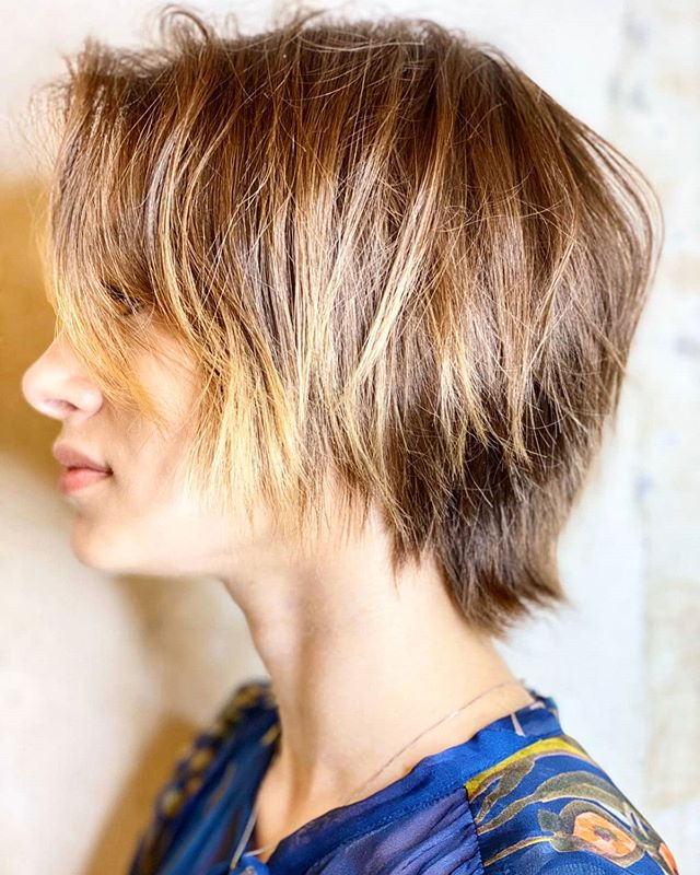 '90s-Inspired Over-the-Shoulder Shag with Blond Highlights