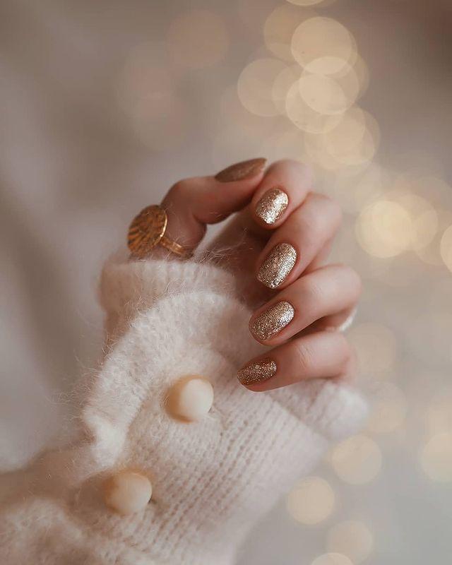 Glamorous Gold Finger Manicure